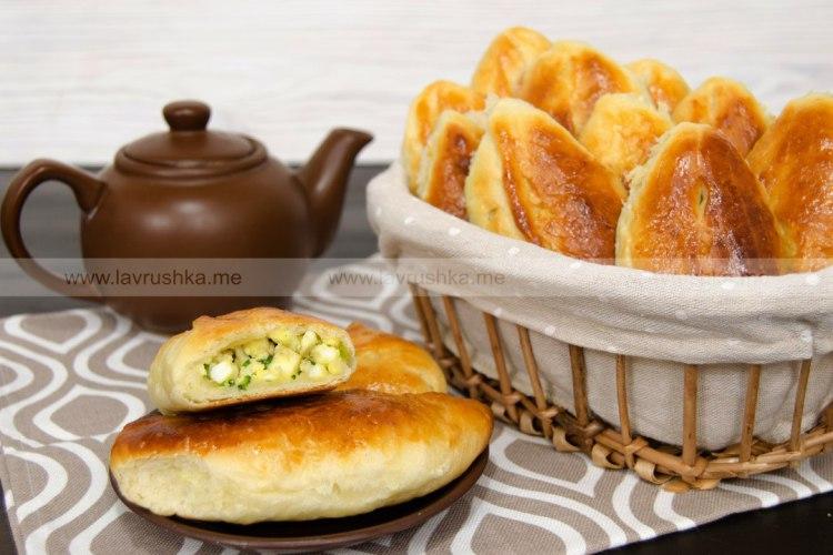 Печеные пирожки с яйцом и луком