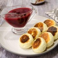 Кокосовые сырники с вишневым соусом