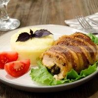 Куриные рулетики с сыром и черносливом в беконе