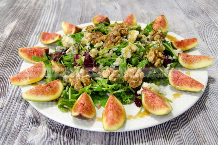 Салат с инжиром, голубым сыром и орехами