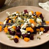 Теплый салат из печеных овощей с сыром и тыквенными семечками